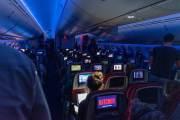 Im Flugzeug sind alle froh, dass sie erstmal heim kommen.